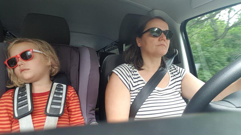 Norma Burow mit schlafendem Kind beim Autofahren
