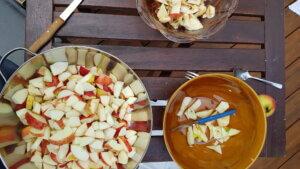 Geschnippelte Äpfel in Schüssel auf Holztisch.